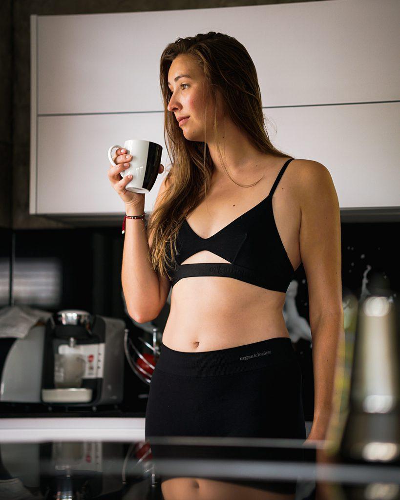 Nachhaltige Kleidung, nachhaltige sexy Unterwäsche, Organic Basics, eine Frau mit Kaffee am morgen in Unterwäsche, nachhaltige Leggins, nachhaltige Basics