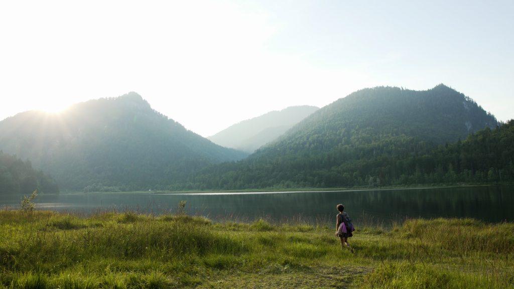 Weitsee - umgeben von Bergen liegt der idyllische See